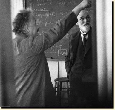 Einstein (esquerda) e De Sitter (direita). Fonte: Physics Today