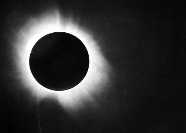 Famoso prato de Eddington no eclipse solar de 1919, o que ajudou a confirmar a teoria da Relatividade Geral de Einstein. Muito importante e interessante, mas não é relevante para a criação de uma bomba atômica